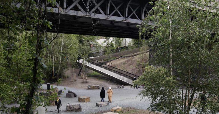 BAUKUNST_BOCKSTAEL_©MaximeDelvaux_pedestrian bridge and users view