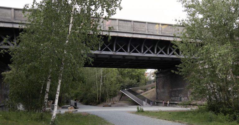 BAUKUNST_BOCKSTAEL_©MaximeDelvaux_pedestrian bridge and users view_02